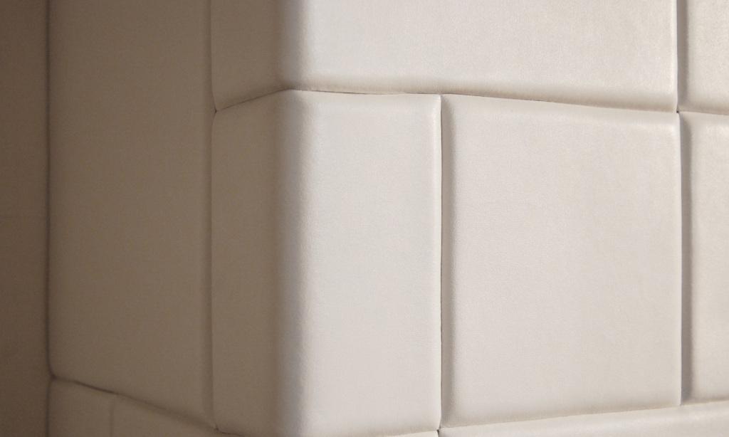 le piastrelle in pelle si adattano perfettamente alle superfici, coprendo anche gli spigoli delle pareti